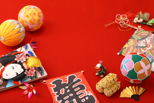 お正月縁起物飾り 羽子板と毬と凧の写真の写真素材 [FYI00412514]