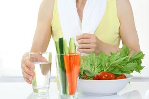 ダイエットする女性と水と野菜サラダの写真の素材 [FYI00412530]