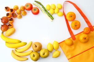 エコバッグと食べ物のフレームの写真の素材 [FYI00412531]