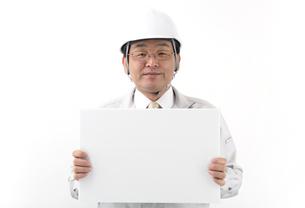 メモボードを持つ作業服の男性作業員の写真の素材 [FYI00412545]