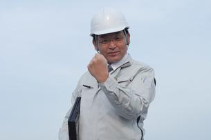 ガッツポーズの作業服の中高年男性の写真の素材 [FYI00412554]