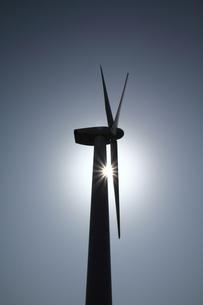 風力発電機と逆光のシルエットの写真の素材 [FYI00412560]