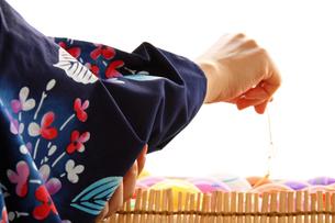 夏祭りで遊ぶ風船と浴衣の女性の手の写真の素材 [FYI00412565]