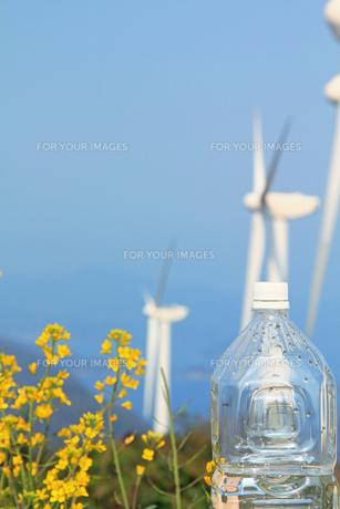 白いキャップのペットボトルと風力発電の自然エネルギーの写真の素材 [FYI00412566]