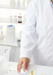 調剤薬局で薬の説明をする女性薬剤師の写真の素材 [FYI00412572]
