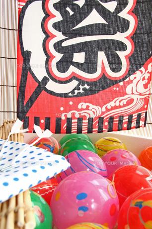 夏祭り ヨーヨーゴム風船とのれんの写真の写真素材 [FYI00412581]