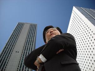 ビル街の男性中年ビジネスマンの写真の写真素材 [FYI00412584]