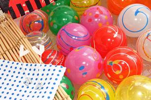 夏祭りおもちゃのヨーヨーゴム風船の写真の写真素材 [FYI00412589]