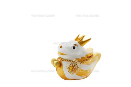 可愛い白と金色の辰の人形 切抜の素材 [FYI00412591]
