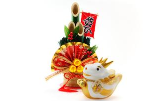 可愛い辰の干支の置物と門松飾りの素材 [FYI00412593]