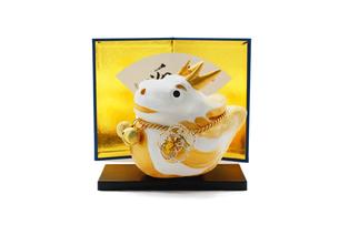 金屏風と可愛い金色の辰の人形の素材 [FYI00412594]