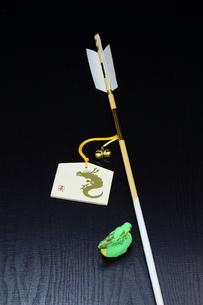 正月 辰の絵柄の絵馬と破魔矢 縦の写真素材 [FYI00412596]