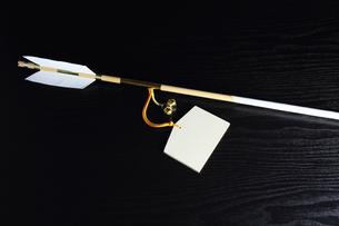 正月 魔除け開運の破魔矢と無地の絵馬 横の写真素材 [FYI00412599]