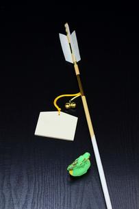 正月 辰の置物と魔除け開運の破魔矢と絵馬の写真素材 [FYI00412600]