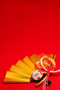 金の扇と辰の置物 縦 2012年の素材 [FYI00412603]