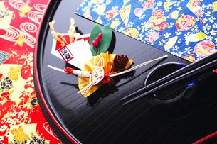 祝い膳 正月飾りと丸盆の箸と箸置きの写真素材 [FYI00412608]