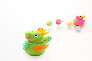 可愛い辰の親子 空で遊ぶポップな干支人形 の素材 [FYI00412611]