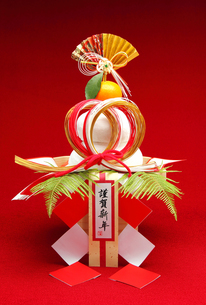 正月 鏡餅 謹賀新年 御幣飾り 縦の素材 [FYI00412625]