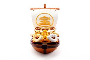 宝船と巳年の手作りハートのカップル干支人形の写真素材 [FYI00412634]