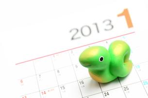 2013年カレンダー 巳年干支人形の素材 [FYI00412635]
