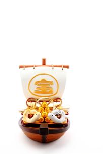 宝船と金銀一対の手作りハートの夫婦クラフト干支人形の写真素材 [FYI00412638]