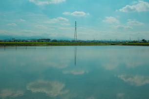 水面に映る淡い青空の写真素材 [FYI00412656]