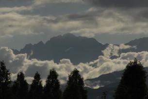 沸き立つ雲の中の剱岳の写真素材 [FYI00413132]