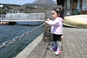 湖畔にたたずむ女の子の写真素材 [FYI00413138]