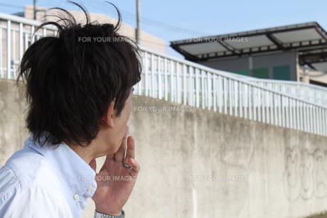 煙草を吸う中年男性の写真素材 [FYI00413144]