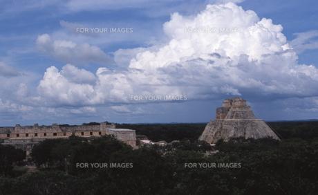 ウシュマルのピラミッドの写真素材 [FYI00413430]