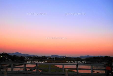 夕刻の渡月橋の写真素材 [FYI00413839]