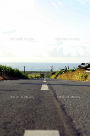 水平線に真っすぐに延びる道の写真素材 [FYI00413859]