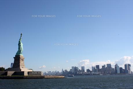 自由の女神とマンハッタンの写真素材 [FYI00414207]
