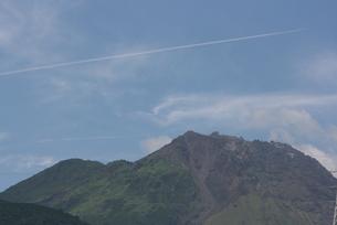 青空と火山の素材 [FYI00414263]