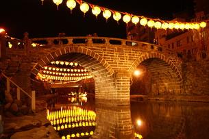 祭りの夜の橋と提灯の素材 [FYI00414294]