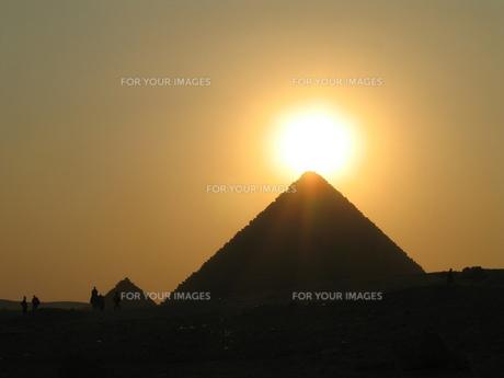 ピラミッドに沈む夕日の写真素材 [FYI00414453]