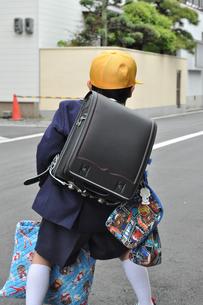 通学路を行く1年生の写真素材 [FYI00414531]