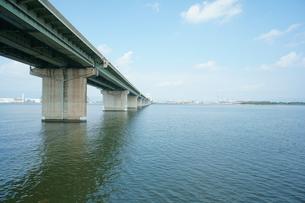 大河を渡る高速道路の写真素材 [FYI00414533]
