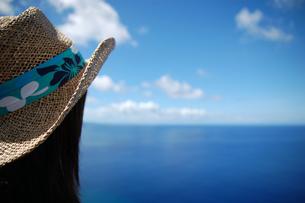 麦わら帽子と海の写真素材 [FYI00414557]