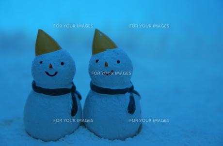 夜の雪だるまたちの写真素材 [FYI00414562]
