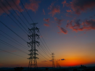 高圧線鉄塔と夕焼けの素材 [FYI00414795]