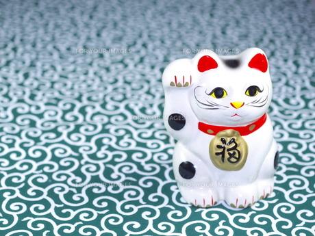 緑の唐草柄と招き猫の写真素材 [FYI00414871]