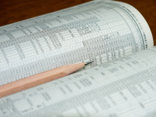 時刻表と鉛筆の写真素材 [FYI00414897]