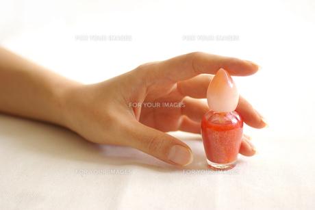 マニキュアを持つ女性の手の写真素材 [FYI00415061]