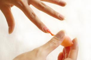 マニキュアを塗る女性の手の写真素材 [FYI00415062]