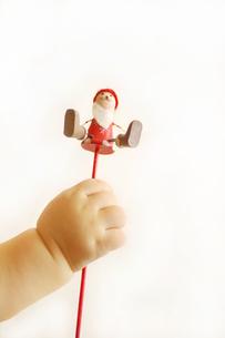 サンタクロースと子供の手の素材 [FYI00415078]