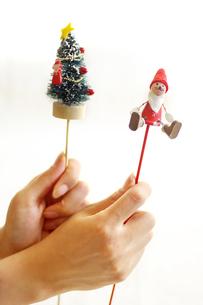 クリスマス飾りを持つ女性の手の素材 [FYI00415080]