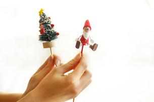 クリスマス飾りを持つ女性の手の素材 [FYI00415091]