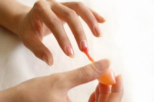 マニキュアを塗る女性の手の写真素材 [FYI00415093]