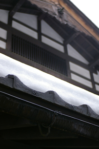 屋根の上の雪の写真素材 [FYI00415136]